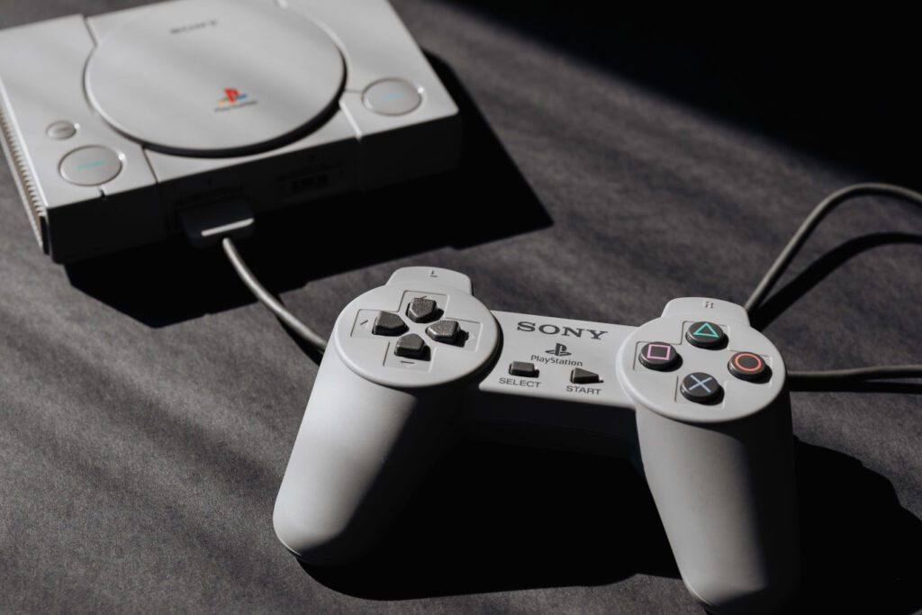 Konsola do grania Sony PlayStation PSX (fot. Karolina Grabowska / Pexels)
